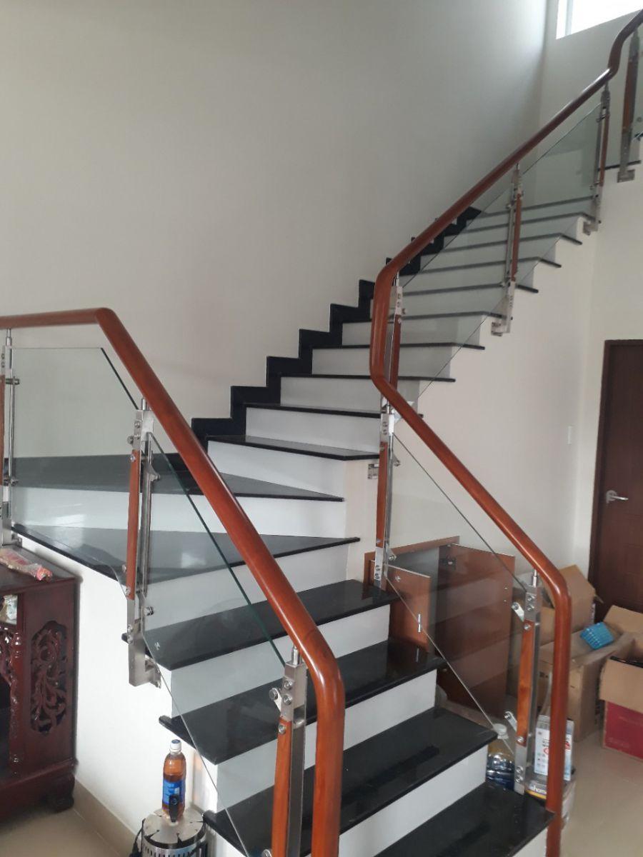 Công ty cung cấp cầu thang kính gỗ gõ tại TPHCM 01